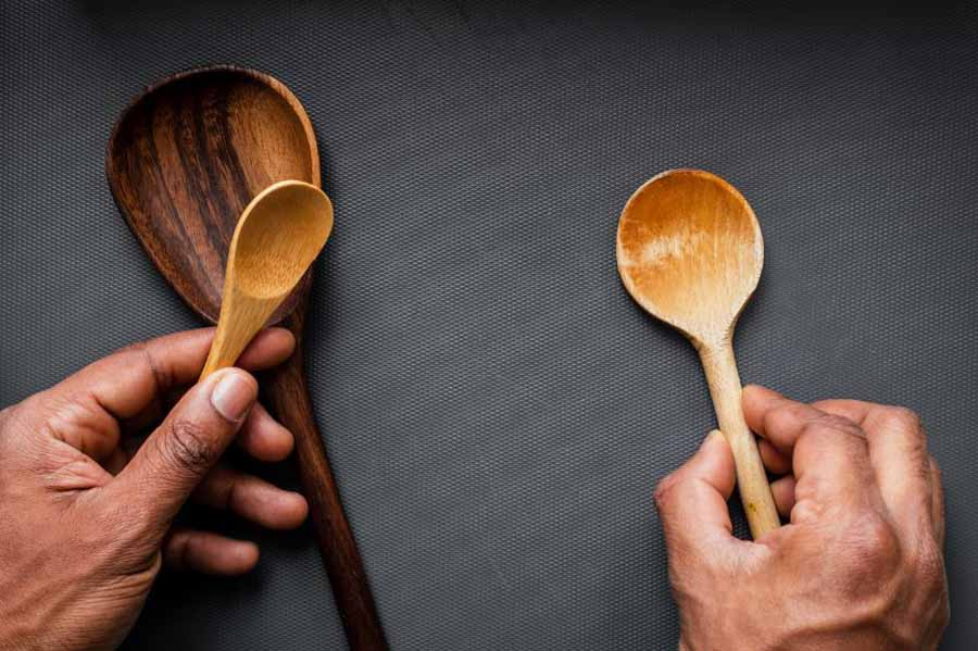 1 sendok makan berapa gram - Foto Gambar Sendok - Louis Hansel @shotsoflouis on Unsplash