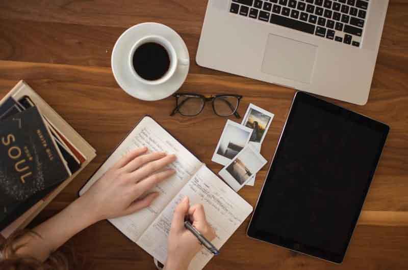 Pekerjaan yang bisa dikerjakan di rumah dan menghasilkan uang - Photo by Thought Catalog on Unsplash