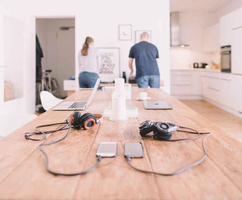 cara menghasilkan uang dari rumah - Photo by Crew on Unsplash
