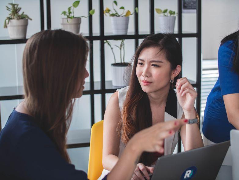 Keterampilan interpersonal - Interpersonal Skills - Photo by Mimi Thian on Unsplash